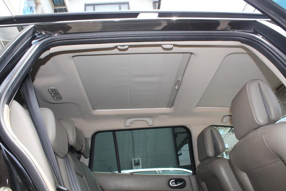 後席頭上にこれだけの面積のグラスルーフ付き!これ、ひょっとしてVIPカー?!
