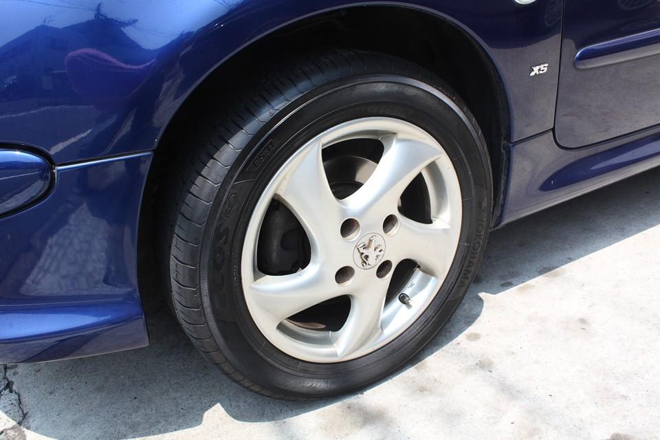 純正ホイールは若干のガリキズがありますが、それほど気にならないと思います。 タイヤはヒゲも残っていて、まだ新しい状態です!これ結構大きいですね!