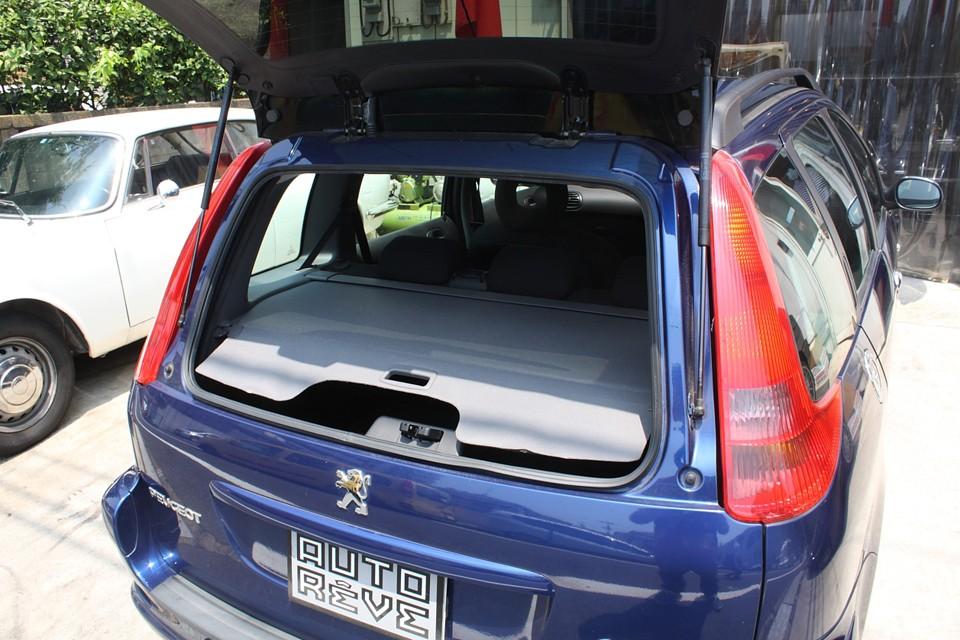 206はリアガラスハッチだけでも開くので、ちょっとした荷物の出し入れにとっても便利です!