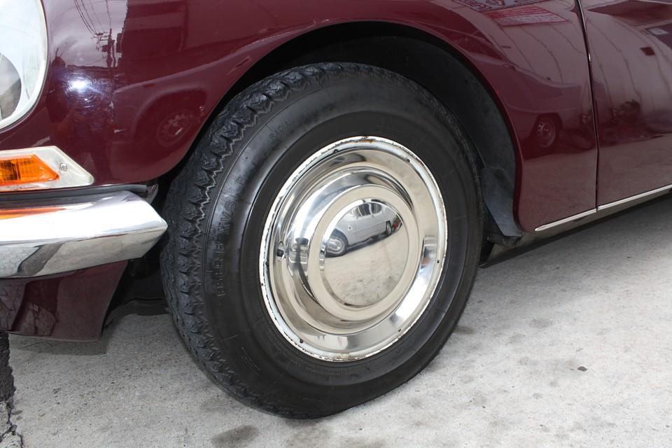 ホイールはリム部分にキズが多いですが、キャップはほとんど無キズ!タイヤも比較的新しいものですので当分交換の必要は無さそうです。