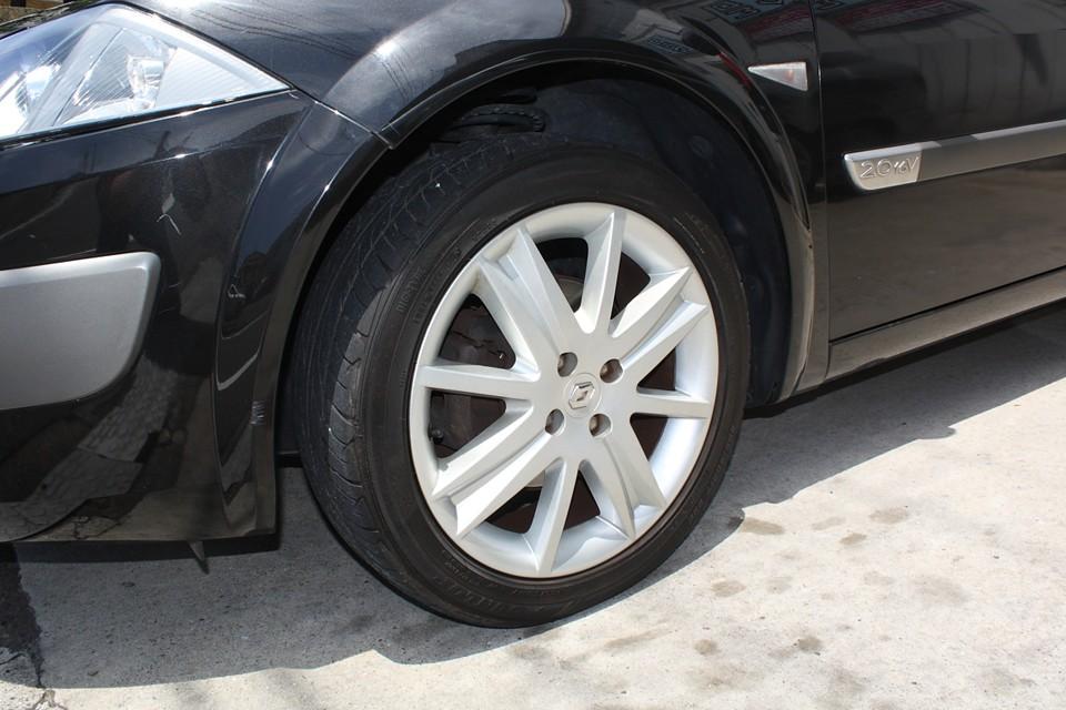 純正アルミもご覧の通り、目立つキズはありません。タイヤは5〜6分山といったところでしょうか。