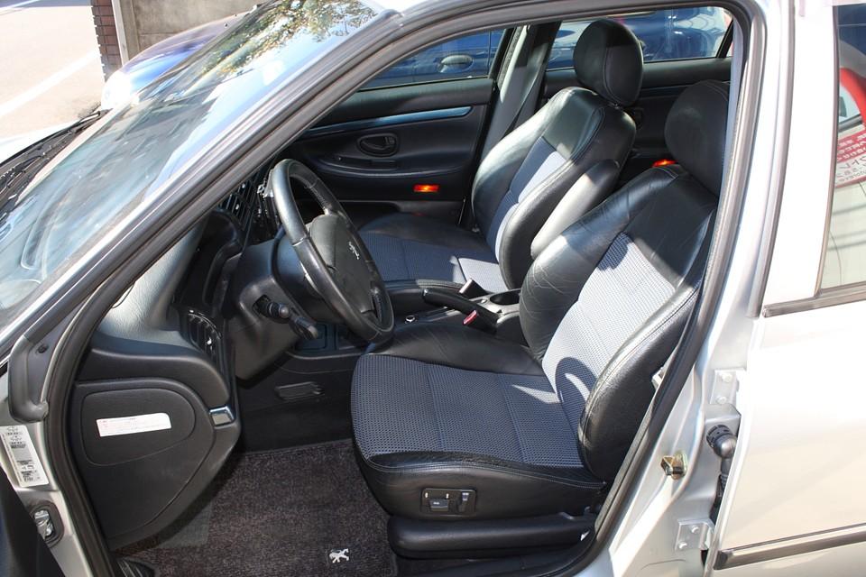 さすがに運転席のサイドサポートにはスレがありますが、破れはありません。