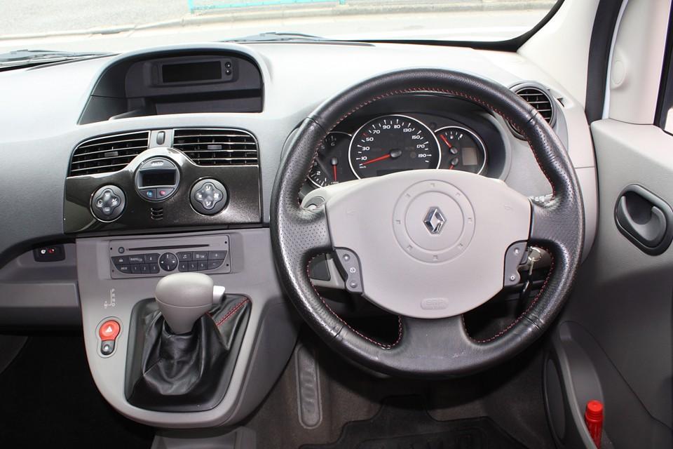 言うまでもありませんが、あのマッタリ感と運転のしやすさは健在!カングーの伝統ですね。