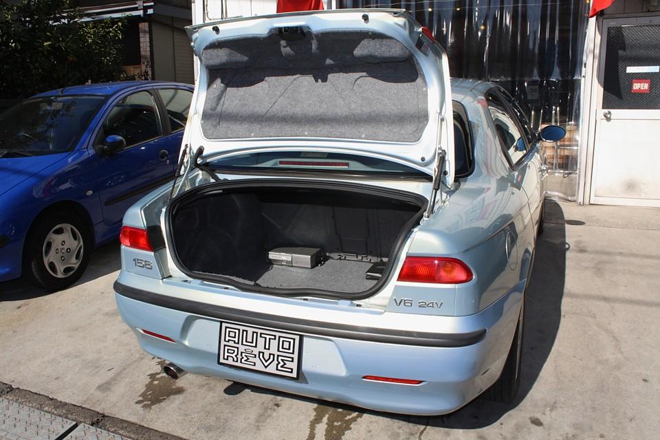 トランク開口部は少し狭いですが、容量は十分ですね。中にCDチェンジャーとナビ本体があります。