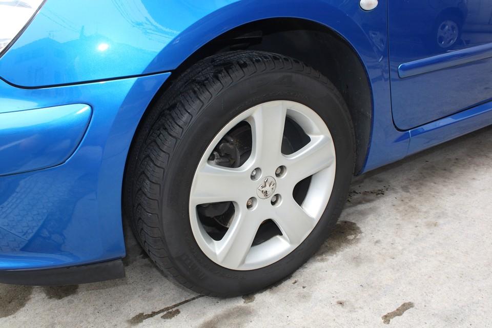 純正アルミホイールも目立つガリキズはありません。 タイヤも8分山といったところでしょうか、まだまだいけそうです!