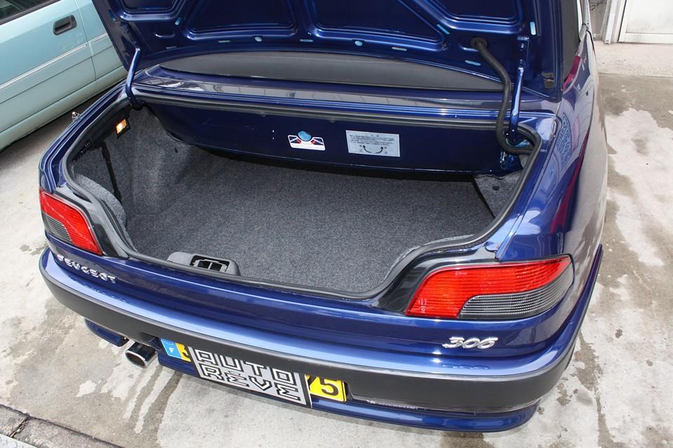 幌の収納スペースのせいでトランク容量は小さめですが日常使用には十分かと…。