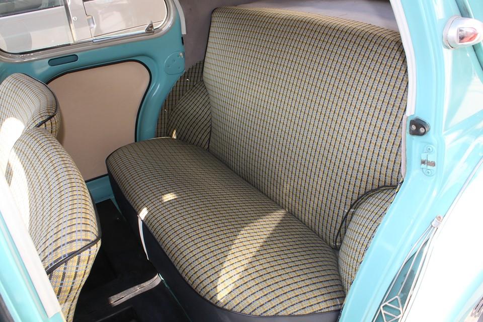 日本ではタクシーに良く使われていただけあって、後席もゆったり出来る広さです。