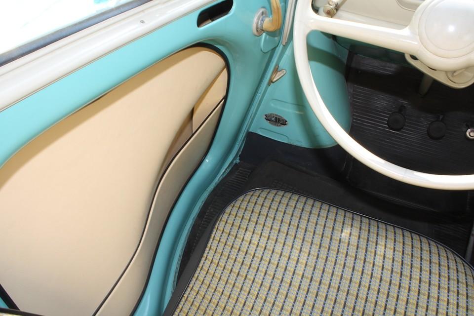 前席の足元は、膨らんだデザインのおかげで、これだけゆったりしたスペースがあります。