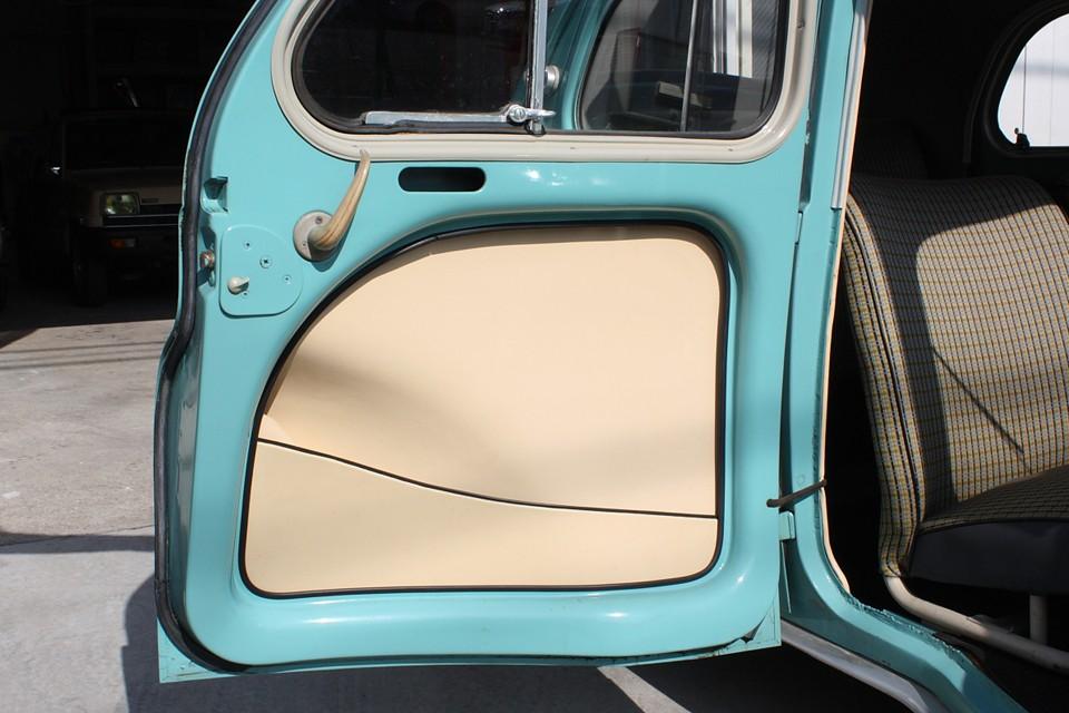 ドア内張りもすべて張り替え済み!フランスらしい柔らかな色味で、とても清潔な印象です。
