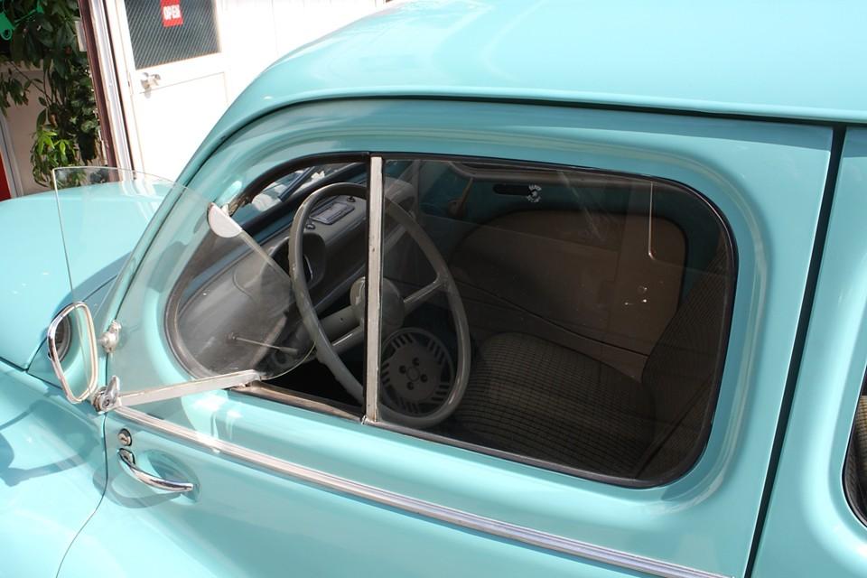 前席は三角窓のみ開閉可能。
