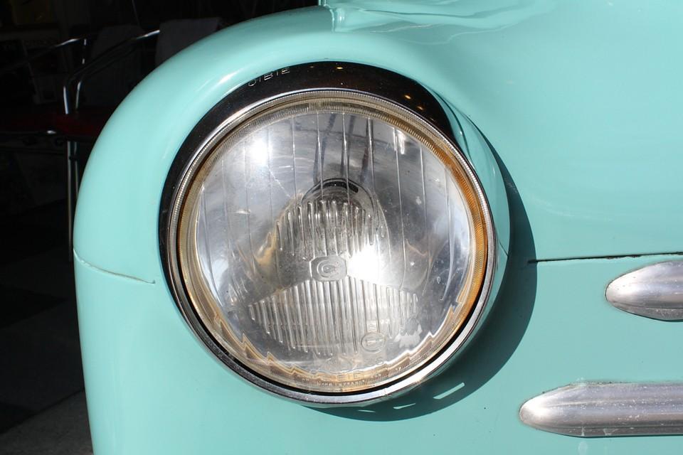 右ヘッドライトはオールドシビエで少し汚れがあります。左は残念ながらシビエではありませんが同形状の新しいものです。
