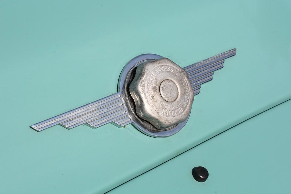 エンジンフード上のラジエターキャップもデザインされてアクセントになっています。