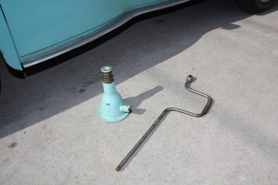 付属のジャッキ、クランク棒、兼ジャッキ棒、兼タイヤレンチもあります。