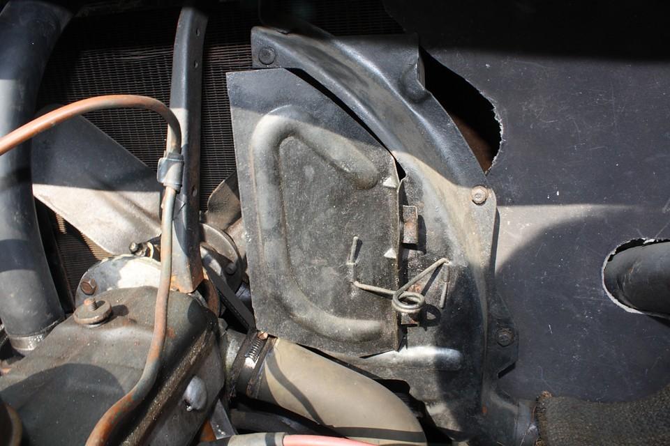 ラジエターの冷却度合を調整する手動式カバーがあります。