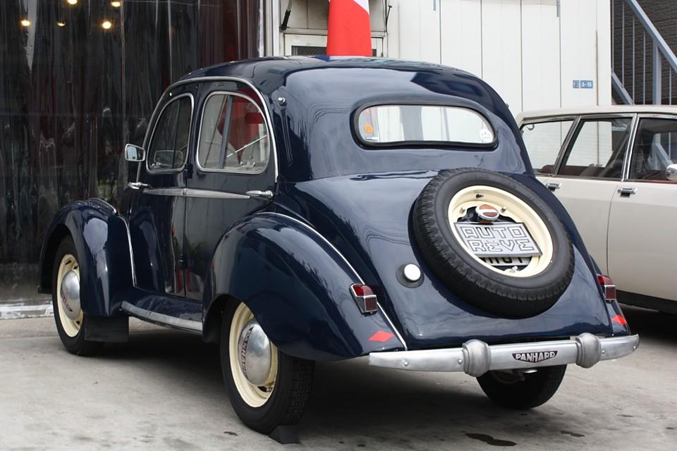 その革新性はAlpax製アルミ軽合金のボディにより車両重量575kg!と軽量なことや・・・。