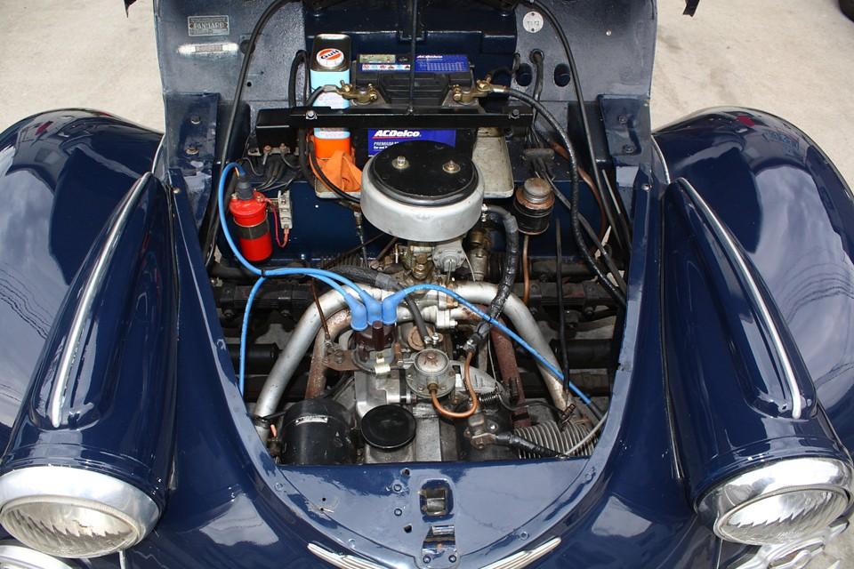 ライバルであるルノー4CVがシンプルなスチールボディに水冷、直4、750ccにも関わらず、 この豪華なボディに空冷フラットツイン、600cc・・・。