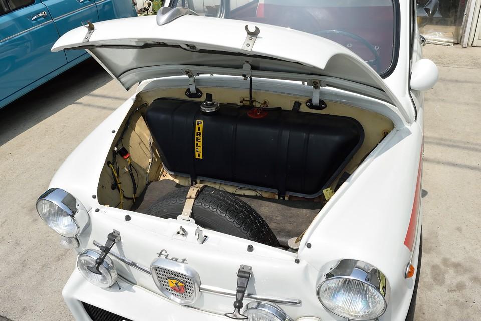 RRなのでフロントがトランクですが、燃料タンクとスペアタイヤで、それほど広くはありません。実質的にはリアシートがラゲッジスペースでしょうか。