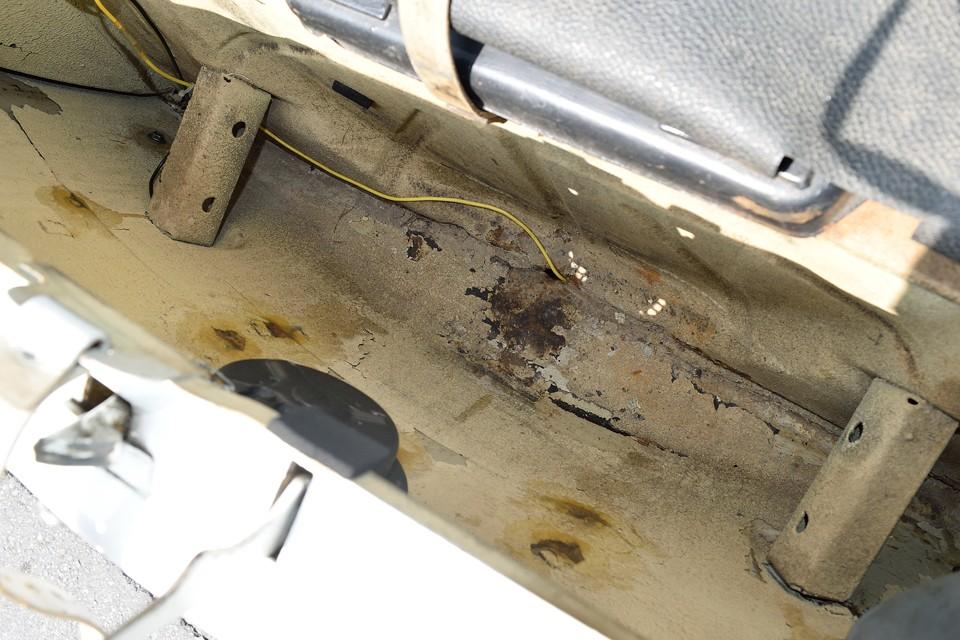 チンク同様、スペアタイヤ下はボディ状態を計る上で重要なポイント!塗装ハゲやご覧のサビ程度はありますが、強度を損なう様な酷いサビはありません。