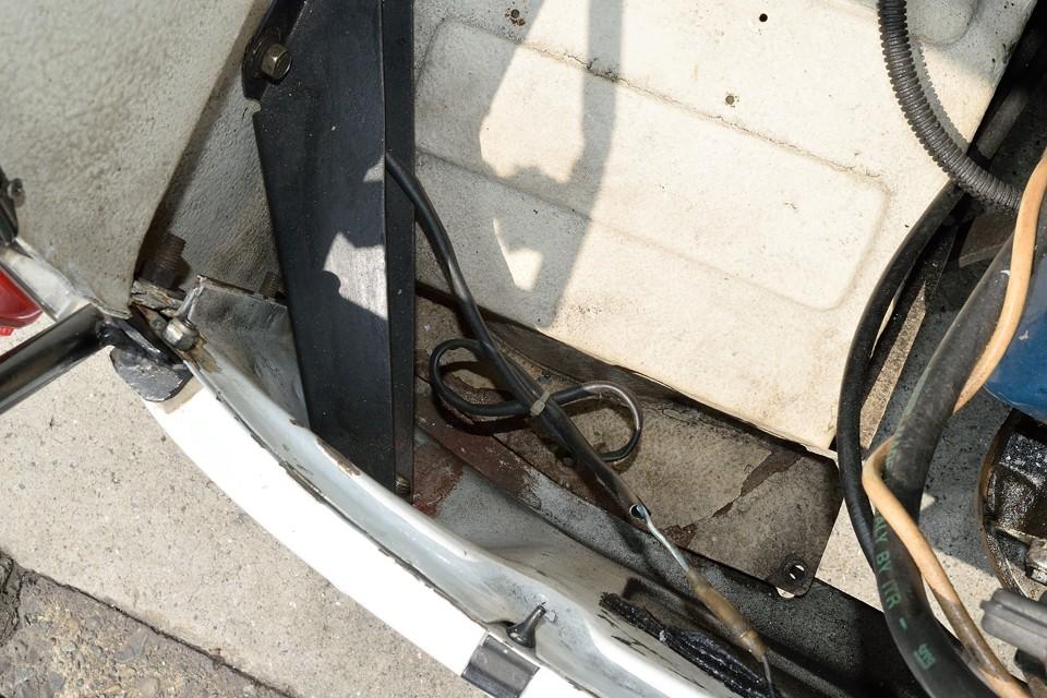 エンジンルームの床は塗装ハゲや表面にサビはありますが、鉄板自体は◎!