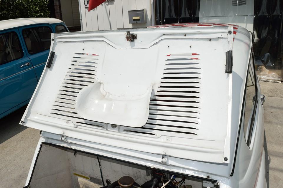 エンジンフード裏面もご覧の通り!鉄板1枚ものなのでサビで欠けるとかあるんですが、これは問題無し!
