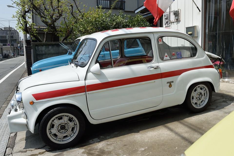 イタリアではFIAT600corsaと呼ばれるスタマイズがあり、これはそのお手本の様な仕上がりなのです。