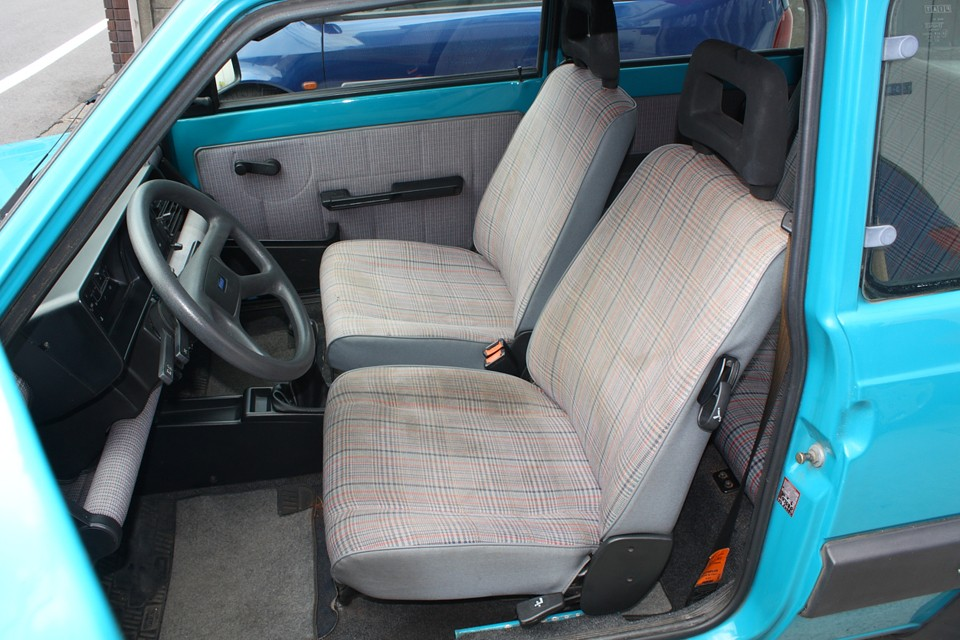 全席、破れはありませんが、運転席はかなり汚れが目立ちます。がんばってキレイにしま〜す!