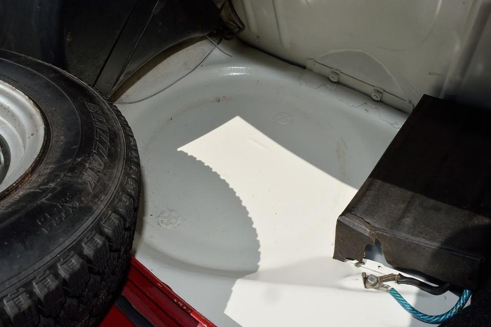 古いクルマで心配なのが、ボディの状態です。その一番判りやすいポイントがココ。 トランク床面がこの状態って・・・ステキ!
