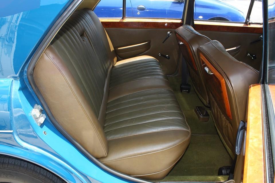 後席は比較的良い状態です。しかも本来、後席に乗車する方のためのクルマなのでスペースもタップリ!