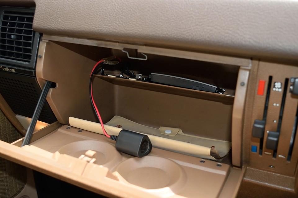 グローブBOX内にETCと増設シガーソケットを装備。携帯の充電はもはや必須ですからね。