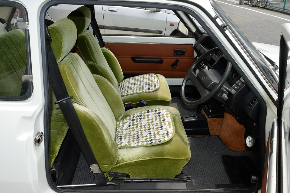 シート生地は緑の起毛素材で張替られています。これはもはやクルマのシートを超えて、アンティーク家具の領域かと・・・。