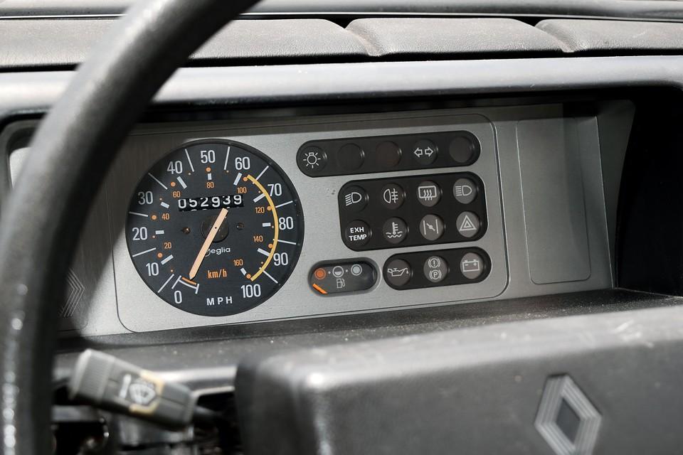 おしゃれ文具の様な、キャトル譲りのPOPなメーターパネル! メーターはマイル表示なので、走行距離53,000mileと言うことは約85,000km!まだまだコレから!