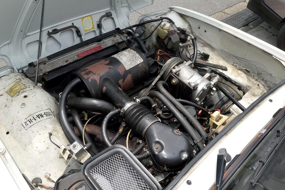エンジンルームはさすがに年期が入ってる印象ですが、一番トラブルの原因になりやすい電気廻りは大幅に手を入れましたので、信頼性は格段にUP!