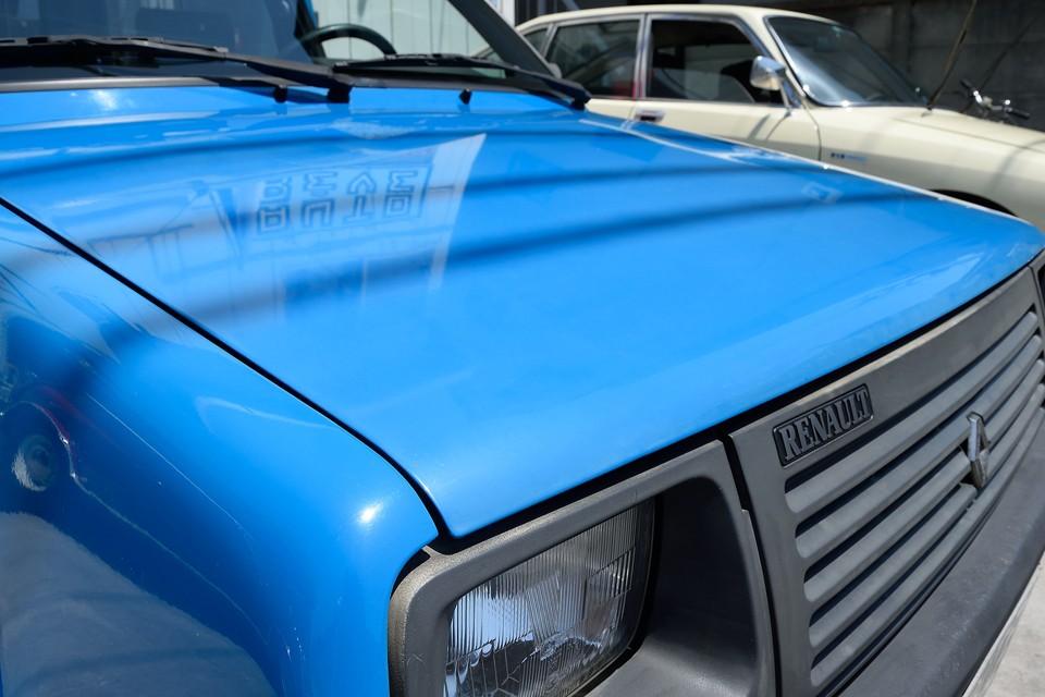 良く見れば塗装はさすがにクリア劣化で少しツヤの無い状態ですが、不潔な印象はありません!むしろ実用車としての正しい姿かも・・・。