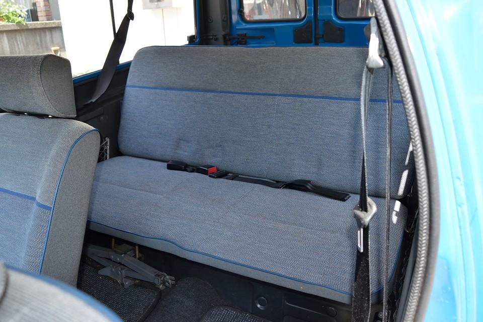 前シートを折りたたんでのリアシートへの乗り降りは少し不便ですが、座り心地は◎!こんな簡単な構造なのに・・・不思議ですねぇ。