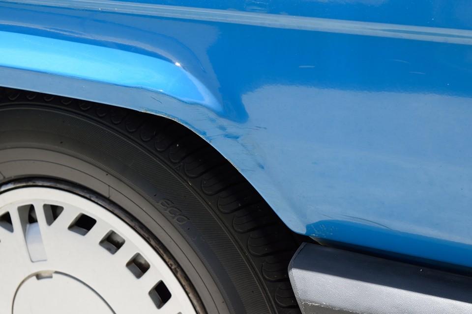 その4:これが一番気になるかも・・・左リアタイヤ上部に凹みキズを補修した跡があります。