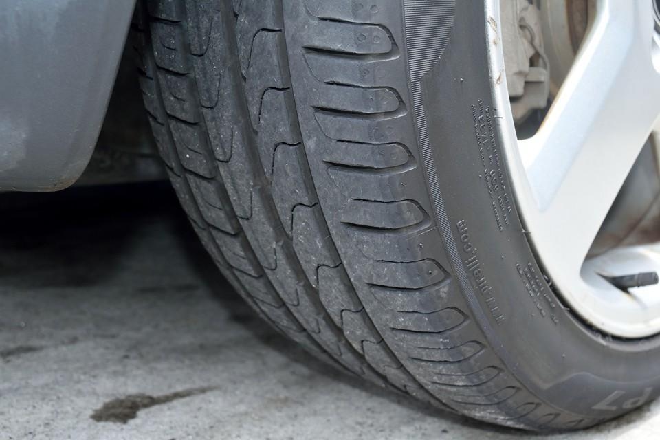 タイヤは現在、高性能で環境性能も高いPIRELLI P7!8分山と言ったところでしょうか、当分交換の必要はなさそうですね。