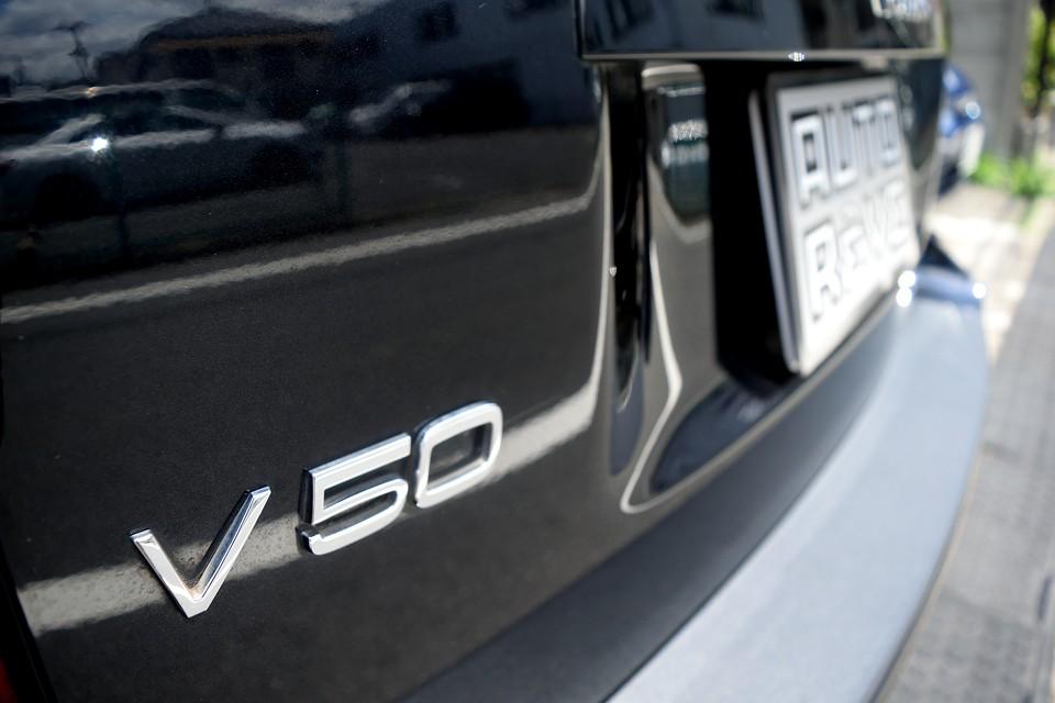 そして、特に日本でワゴンに乗る時、否定できない「大きさ」のネガティブ要素さえも克服したのが、このV50。