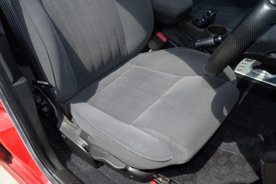 一番傷みやすい運転席の座面でこの状態です。目立つ汚れや破れはもちろん、へたりもほとんど感じられません。