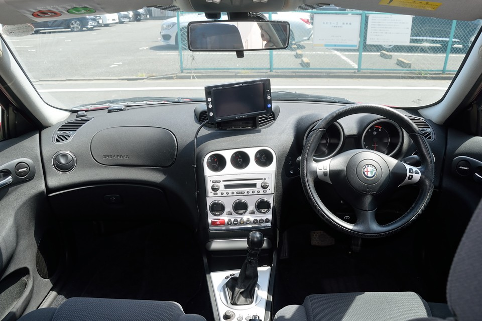 助手席からも見えないスピードメーター・・・すべてはドライバーの為に!アルファはやっぱりドライバーズカーなのです!