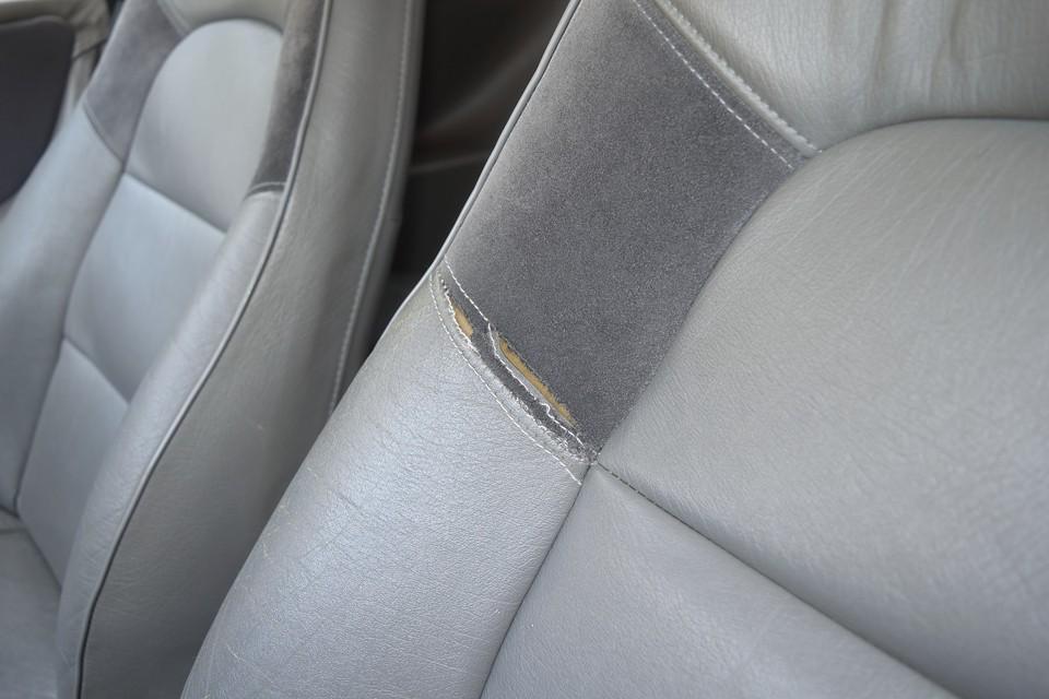 運転席のご覧のステッチ部分に破れがあります。もちろん補修は可能ですので、ご希望でしたらお申し付けください。