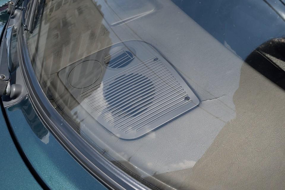 旧車の宿命・・・ダッシュパネルに、かなりヒビがあります。日の当たる所なので仕方ないのですが・・・。