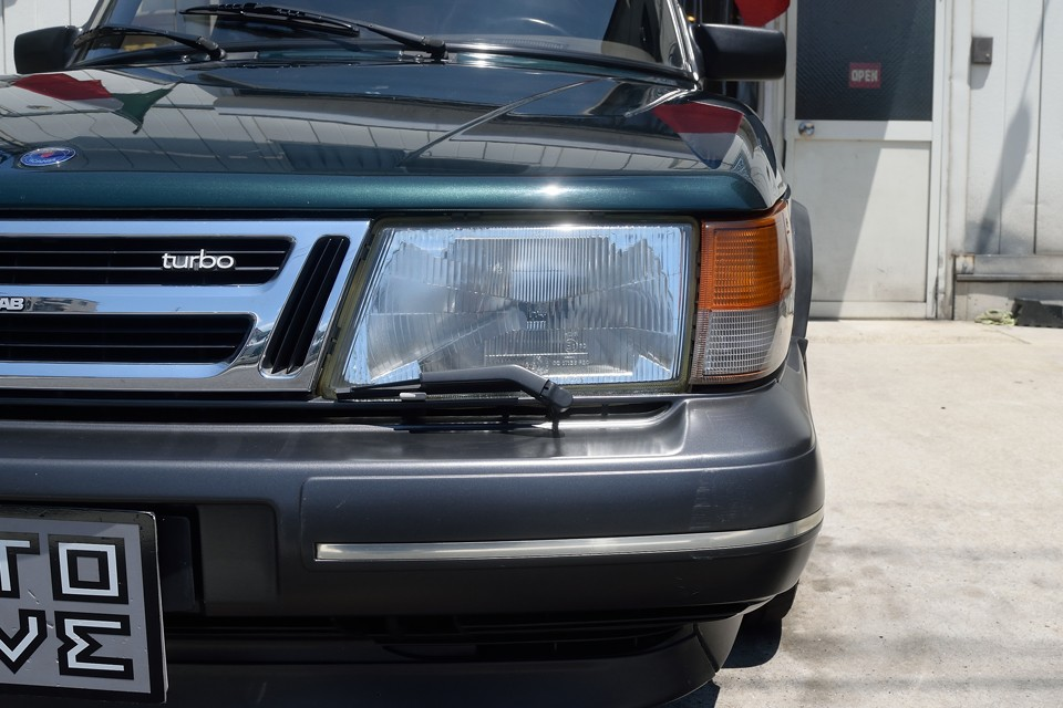 ヘッドライトは良くある反射板の劣化やくもりもありません。