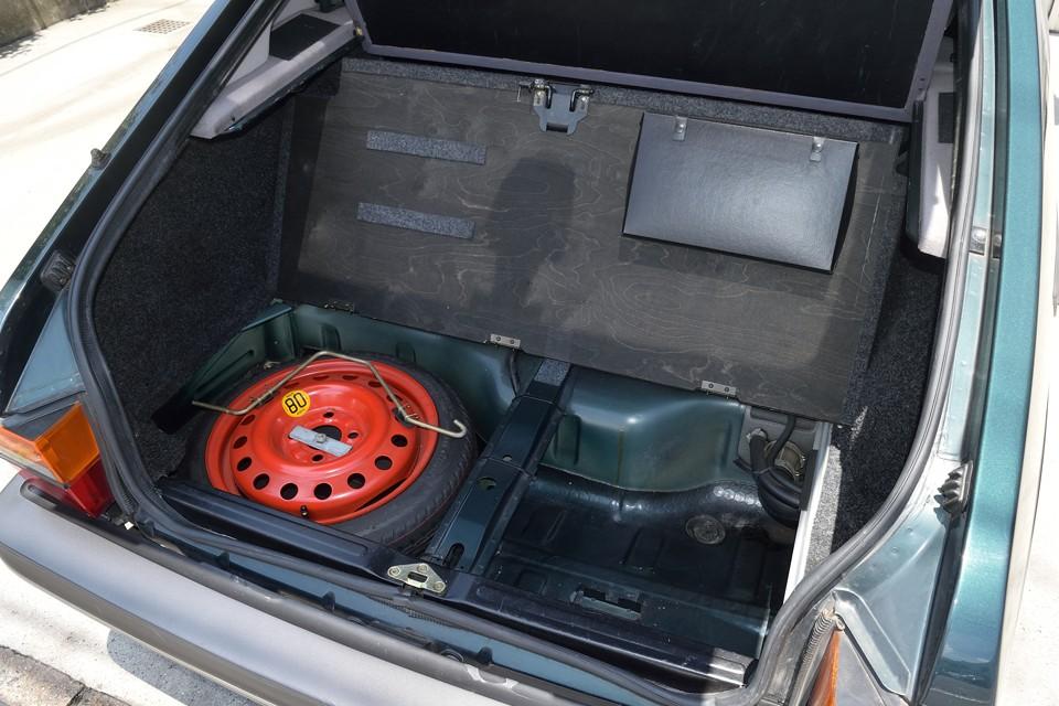 トランク下はスペアタイヤと物入れスペース!そしてボードの裏に何やら黒い箱が・・・。