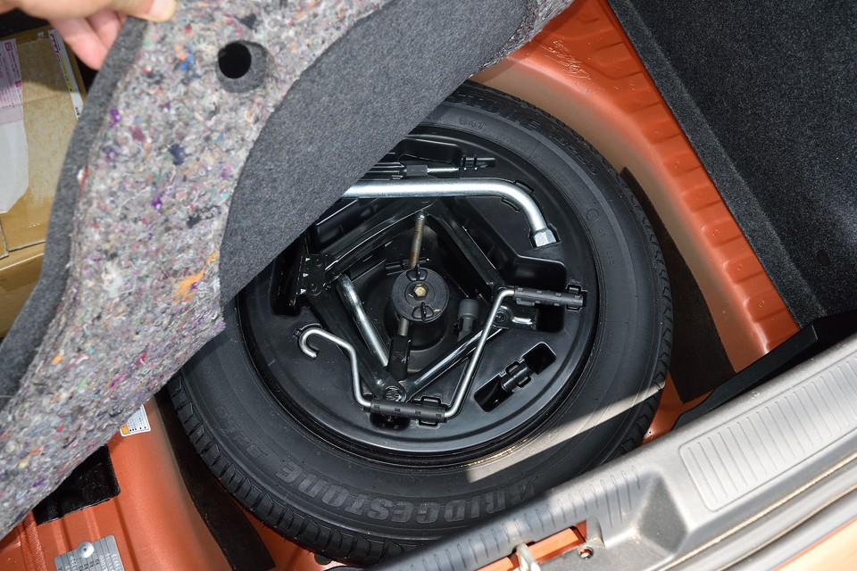 トランク下のスペアタイヤ、工具も揃っています。