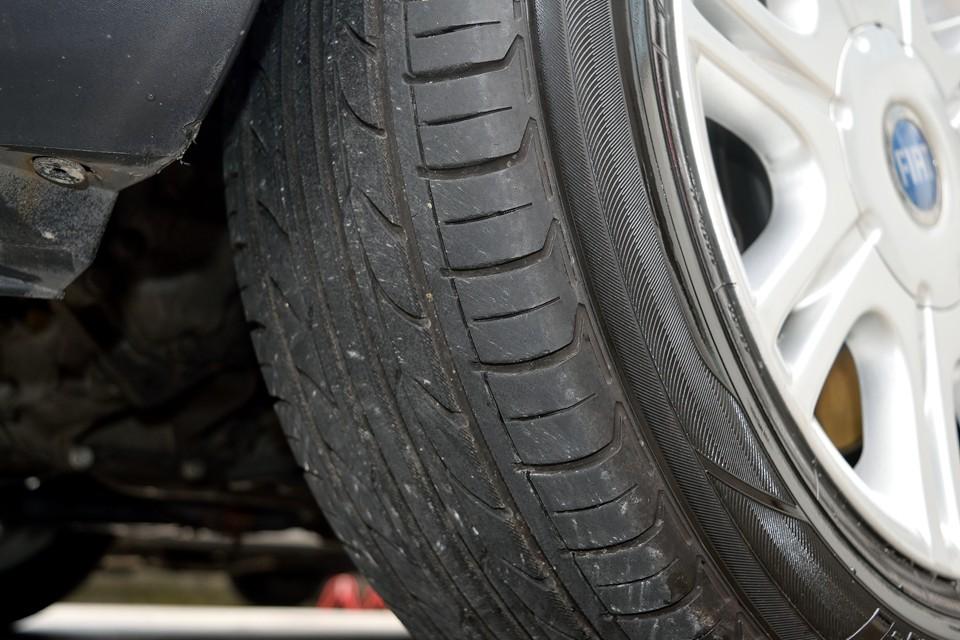 タイヤは6分山というところでしょうか。まだ交換の必要はなさそうですね。