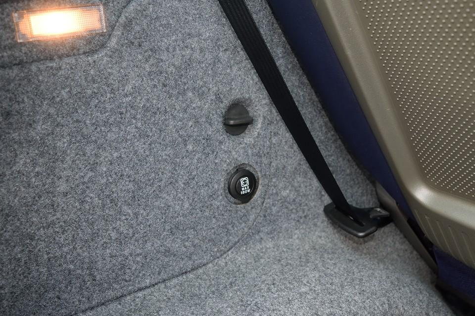 ラゲッジスペースにはシガーソケット電源も装備!車載用クーラーBOXとか、後席用の携帯の充電とか、イタリア車なのに気が効いてるぅ~?!