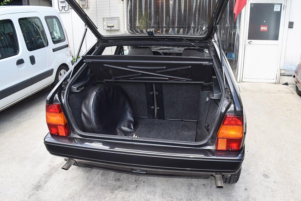スペアタイヤのせいでトランクは少し狭いですが、これだけあれば実用レベルですよね。 しかも、いざとなったら後席にもタップリ積めますから問題なし!