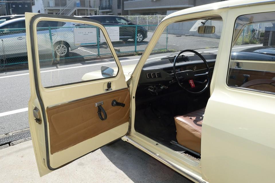 それでは日本人がほとんど知らない車内へ・・・。