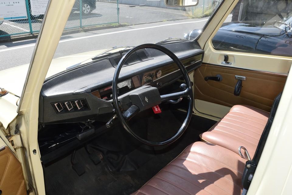 「おぉ~思ったより乗用車してる~!」がおそらく第一印象かと・・・そうです!ルノー6は、れっきとした乗用車なんですぅ~!