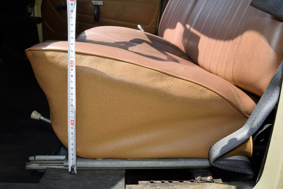 座面の厚さが、な、な、なんと、23cm!フランス人のシートに対するこだわり・・・異常~!(笑)
